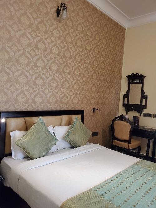 Hotelroom200430